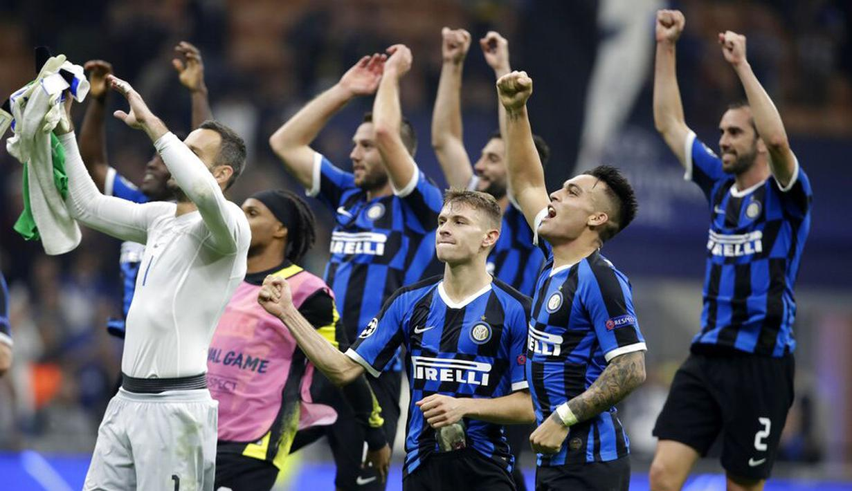 Para pemain Inter Milan merayakan kemenangan atas Borussia Dortmund pada laga Liga Champions 2019 di Stadion Giuseppe Meazza, Rabu (23/10). Inter Milan menang 2-0 atas Borussia Dortmund. (AP/Luca Bruno)