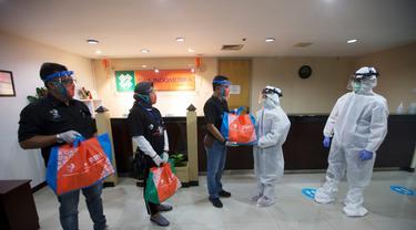 Pegawai BNI menyalurkan bantuan pangan bagi 146.000 warga di 17 wilayah operasi BNI di Indonesia. (Dok BNI)