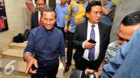 Dahlan Iskan dan Yusril Ihza Mahendra usai mendatangi Bareskrim Mabes Polri, Jakarta, Senin (22/6/2015). Dahlan diperiksa sebagai saksi dalam dugaan korupsi pengadaan BBM High Speed Diesel PT PLN tahun 2010. (Liputan6.com/Yoppy Renato)