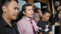 Kuasa hukum Nikita Mirzani, Hendra Asmara memberi keterangan usai mengajukan permohoman isbat nikah dan gugatan cerai di Pengadilan Agama Jakarta Selatan, Senin (16/7). Nikita dan Dipo Latief baru menikah selama 5 bulan. (Liputan6.com/Faizal Fanani)