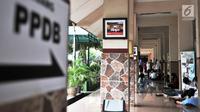 Calon peserta didik baru saat menunggu orangtua mereka melakukan pendaftaran PPDB DKI Jalur Zonasi di SMA Negeri 21, Jakarta, Senin (24/6/2019). Pendaftaran PPDB DKI Jakarta Jalur Zonasi SMP-SMA dibuka pada 24-26 Juni 2019 mulai pukul 08.00-16.00 WIB. (merdeka.com/Iqbal Nugroho)