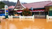 Sebuah puskesmas di Rawang Kecamatan Padang selatan Kota Padang terendam banjir pada 10 September 2020. (Liputan6.com/ ist)