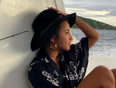 FOTO: Gaya Jennifer Coppen saat di Pantai, Santai Nikmati Pemandangan