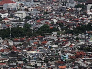 Lanskap permukiman dan gedung pencakar langit dari Senayan, Jakarta, Jumat (6/11/2020). Wakil Presiden Ma'ruf Amin mengatakan strategi pengembangan ekonomi syariah yang berfokus pada kelompok masyarakat miskin & pelaku UMKM merupakan langkah efektif mengurangi kemiskinan. (Liputan6.com/Johan Tallo)