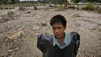 Bocah-bocah korban gempa tsunami bermain di daerah terkena dampak gempa tsunami di Desa Montei Baru Baru, Kepulauan Mentawai, Sumbar.(Antara)