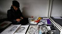 Farhad Nouri duduk di tempat tidur dengan berbagai lukisan hasil karyanya, di kamarnya di dekat Belgrade, Serbia, 13 Maret 2017. Bocah Afganistan berusia 10 tahun ini dikenal dengan julukan Little Picasso karena bakat seninya. (AP/Darko Vojinovic)