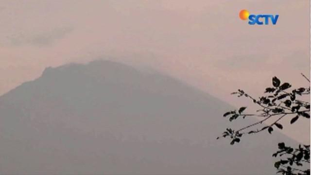 Selain jalur pendakian ditutup sementara, warga setempat diimbau tetap waspada karena erupsi.