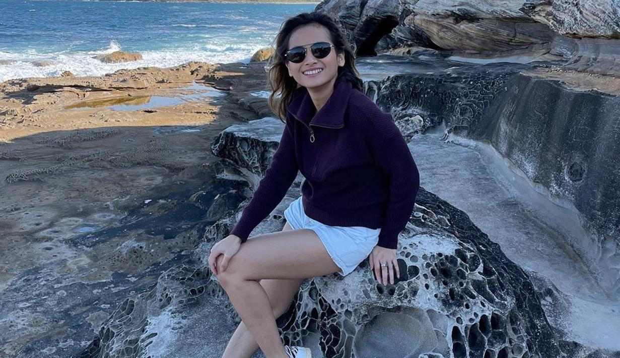 Tampil santai dengan celana pendek dan jaket, Acha Septriasa memilih melengkapi gaya penampilannya dengan kacamata hitam serta sneakers. Meski terlihat santai, namun penampilannya tetap curi perhatian netizen. (Liputan6.com/IG/@septriasaacha)