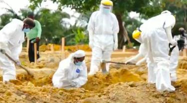 Pemakaman warga di Pekanbaru yang meninggal karena terinfeksi Covid-19.