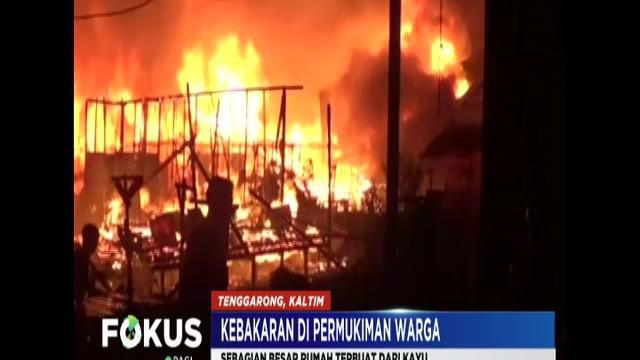 Petugas dari dinas pemadam kebakaran setempat tiba di lokasi ketika api sudah membakar puluhan rumah.