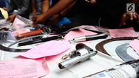 Barang bukti senjata api saat rilis hasil operasi cipta kondisi Ramadan di Polda Metro Jaya, Jakarta, Rabu (21/6). Operasi ini dilakukan dengan tujuan untuk mengantisipasi kejahatan jalanan seperti begal, geng motor dan tawuran (Liputan6.com/Angga Yuniar)