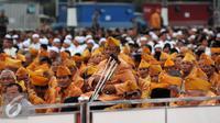 Ribuan anggota Legiun Veteran Republik Indonesia menanti kedatangan Presiden RI Joko Widodo pada acara buka puasa bersama dengan Keluarga Besar TNI dan Komponen Masyarakat di Mabes TNI, Jakarta, Senin (27/6). (Liputan6.com/Helmi Fithriansyah)