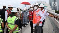 Menteri Perhubungan, Budi Karya Sumadi (kanan) saat meninjau Jembatan Bentang Panjang Dukuh Atas LRT Jabodebek, Jakarta, Minggu (29/11/2020). Saat ini progres pembangunan LRT Jabodebek sudah mencapai 79,52 persen dan ditarget akan beroperasi pada pertengahan 2022. (Liputan6/Helmi Fithriansyah)