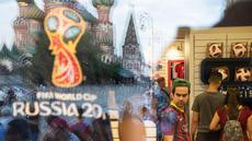 Katedral St. Basil terlihat di cermin saat orang-orang mencari belanjaan di toko resmi Piala Dunia FIFA 2018 di State Shop, GUM, di Moskow, Rusia, (13/7). Kota moskow akan menjadi tuan rumah Final Piala Piala Dunia 2018.  (AP Photo/Pavel Golovkin)