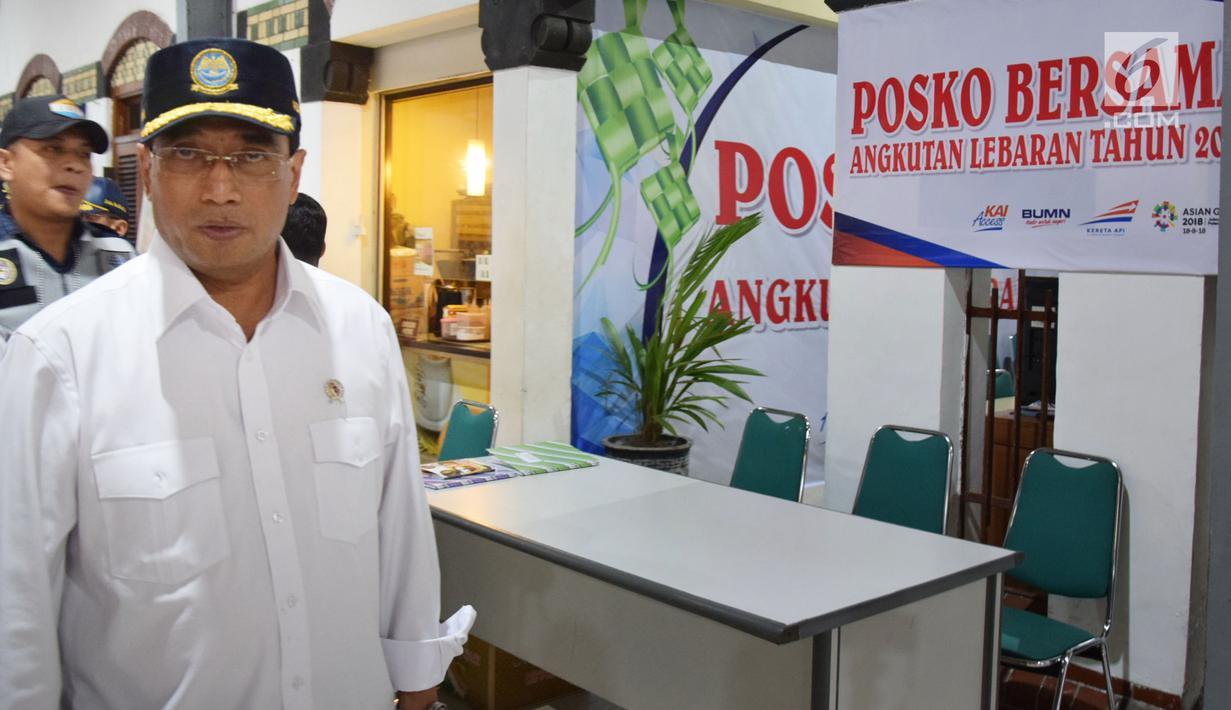Menteri Perhubungan (Menhub) Budi Karya Sumadi melakukan pantauan arus mudik di Stasiun Tawang Semarang, Selasa (12/6). Di sela pantauannya, Menhub menyempatkan mensosialisasikan event olahraga Asian Games 2018. (Liputan6.com/Gholib)