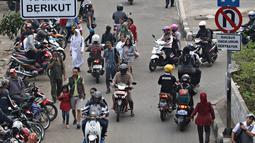 Pengendara sepeda motor melawan arah di kawasan Pasar Minggu, Jakarta Selatan, (9/11/2015). Kelakukan pengendara seperti ini sering membuat lalu lintas yang tak beraturan. (Liputan6.com/Immanuel Antonius)