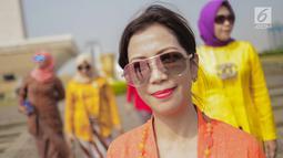 Seorang wanita mengenakan baju kebaya berpose saat mengikuti hari Gerakan Nasional kembali ke busana identitas Indonesia di Jakarta, Selasa (2/7/2019). Gerakan ini dinamakan sebagai Selasa Berkebaya untuk mengajak anak-anak muda tetap menjaga kelestarian busana kebaya. (Liputan6.com/Faizal Fanani)