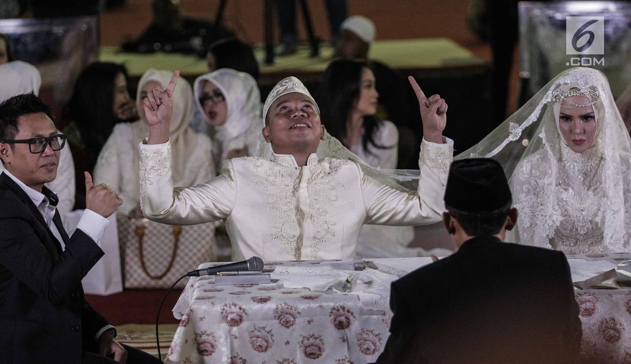 Ekspresi Vicky Prasetyo dan Angel Lelga saat menggelar akad nikah di Mesjid Istiqlal, Jakarta, Jumat (9/2). Kebahagiaan tecermin dari wajah pasangan ini setelah dinyatakan sah sebagai suami istri oleh para saksi. (Liputan6.com/Faizal Fanani)