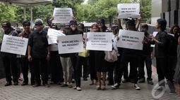 Koalisi masyarakat sipil yang terdiri dari pegiat antikorupsi, seniman, dan tokoh masyarakat berjalan bersama dengan mata tertutup di halaman gedung KPK, Jakarta, Kamis (15/1/2015). (Liputan6.com/Miftahul Hayat)