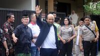 Penyidik KPK, Novel Baswedan (tengah) melambaikan tangan jelang masuk ke kediaman di kawasan Kelapa Gading, Jakarta, Kamis (22/2). Novel kembali dalam proses pemulihan sambil menunggu jadwal operasi tahap kedua. (Liputan6.com/Helmi Fithriansyah)