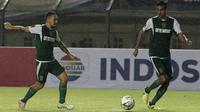 Gelandang Persebaya Surabaya, Damian Lizio, mengoper bola ke Otavio Dutra saat melawan Perseru Serui pada laga Piala Presiden 2019 di Stadion Si Jalak Harupat, Bandung, Sabtu (2/3). Persebaya menang 3-2 atas Perseru. (Bola.com/Yoppy Renato)