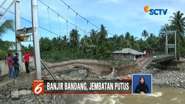 Jembatan penghubung di Kelurahan Baringin, Kota Padang, Sumbar, putus akibat diterjang banjir bandang. Akses dua kelurahan di lokasi tersebut pun terganggu.
