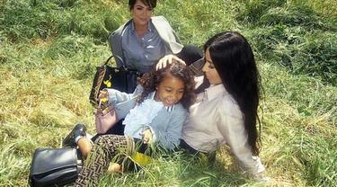 Merayakan ulang tahun Fendi yang ke 10, Kim Kardashian dan anak jadi model.