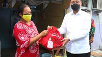 Menteri Sosial Juliari P. Batubara menyalurkan langsung Bantuan Sosial Sembako (BSS) ke warga di tiga titik di wilayah DKI Jakarta.