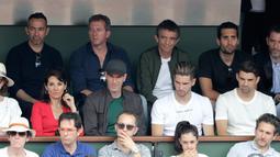 Mantan pelatih Real Madrid, Zinedine Zidane ditemani istri, Veronique menyaksikan final Prancis Terbuka 2018 di Roland Garros, Minggu (10/6). Zidane memang langsung pulang ke Prancis setelah memutuskan mundur sebagai pelatih Madrid. (AFP/CHRISTOPHE SIMON)