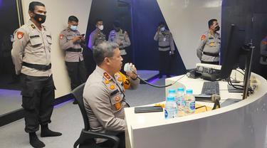 Kepala Polda Riau Irjen Agung Setya Imam Effendi memantau situasi Pilkada Riau melalui Dashboard Lancang Kuning.