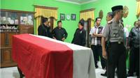 Keluarga tidak menduga Ipda Nyariman, Kapolsek Karangsembung meninggal bunuh diri. (Liputan6.com/Felek Wahyu)