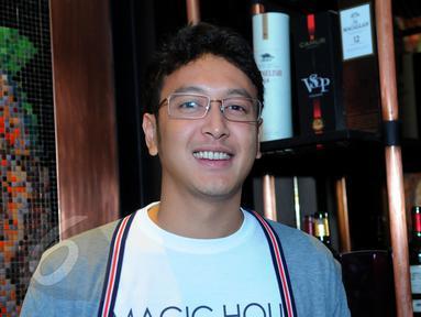 Aktor Dimas Anggara saat ditemui di kawasan Senopati, Jakarta Selatan, Kamis (4/6/2015). Pria berusia 26 tahun itu dikabarkan telah melangsungkan pertunangan. (Liputan6.com/Faisal R Syam)