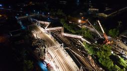 Pemandangan kereta api Puyuma Express yang tergelincir di daerah Yilan, Taiwan, Minggu (21/10). Sebanyak 18 orang tewas dan 137 lainnya terluka dalam insiden tersebut. (Daniel Shih/AFP)
