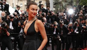 """Model Rusia Irina Shayk berjalan di karpet merah saat tiba untuk menghadiri pemutaran film """"Yomeddine"""" dalam Festival Film Cannes ke-71 di Cannes, Prancis (9/5). (Vianney Le Caer/Invision/AP)"""