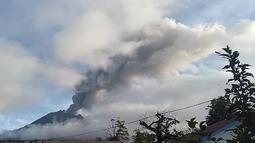 Gunung Sinabung yang kembali memuntahkan abu vulkanik tebal, saat dipantau dari wilayah Karo (7/5/2019). Akibat erupsi tersebut, sejumlah desa di tanah Karo mengalami hujan abu yang cukup tebal. (AFP Photo/Handout /BNBP)