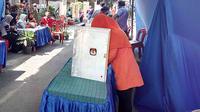 Warga di TPS 4 Jatimulyo, Kota Malang, menyalurkan hak pilihnya untuk Pilkada Kota Malang 2018 (Liputan6.com/Zainul Arifin)
