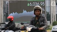 Pengendara mobil dan sepeda motor melintas dekat layar pergerakan Indeks Harga Saham Gabungan (IHSG) di Jakarta, Kamis (10/10/2019). Sebanyak 187 saham menguat dan 150 saham diam di tempat. (Liputan6.com/Angga Yuniar)