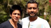Shah Rukh Khan dan Anubhav Sinha (indianexpress.com)