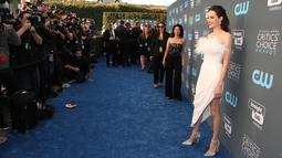 Angelina Jolie berpose untuk fotografer setibanya pada acara Critics Choice Awards 2018 di Santa Monica, California, Kamis (11/1). Angelina Jolie mengenakan slit dress berwarna putih Dengan belahannya yang cukup tinggi. (JEAN-BAPTISTE LACROIX/AFP)