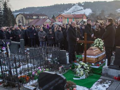Kerabat dan keluarga menghadiri pemakaman wartawan Jan Kuciak yang tewas dibunuh di Stiavnik, Slovakia (3/3). Tewasnya Kuciak ini terkait peliputannya yang mengungkap adanya penggelapan pajak dalam jumlah yang amat besar. (AP Photo/Bundas Engler)