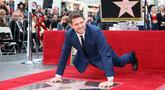 Michael Buble berpose di dekat bintang Hollywood Walk Of Fame miliknya saat acara penghargaan di Hollywood, California (16/11). Penyanyi Jazz asal Kanada ini merupakan penerima bintang ke 2,650 di Hollywood Walk Of Fame. (AFP Photo/David Livingston)