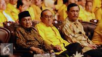 BJ Habibie (kiri) saat menghadiri pembukaan Rapimnas Partai Golkar 2016 di Jakarta, Sabtu (23/1/2016). Rapimnas digelar setelah Mahkamah Partai merekomendasikan penyelesaian konflik lewat Munas. (Liputan6.com/Helmi Fithriansyah)