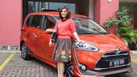Menghabiskan sebagian besar waktunya di jalan raya membuat Merry Riana harus memilih mobil dengan fitur yang pas untuk kenyamanannya.