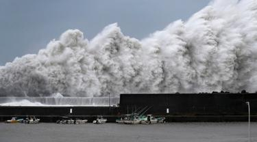 Gelombang tinggi menghantam pemecah gelombang di pelabuhan Aki, Prefektur Kochi, Jepang, (4/9). Topan Jebi berkecepatan 162 kilometer per jam mulai menghantam wilayah bagian barat Jepang. (AP Photo/Ichiro Banno)