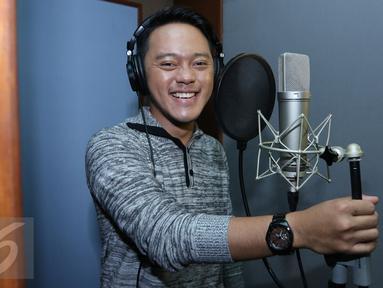 Juara D'Academy Asia, Danang saat melakukan rekaman singel terbarunya, Jakarta, Kamis (14/1/2016) Singel terbaru Danang adalah lagu pemberian dari musisi Malaysia Pak Ngah sebagai hadiah juara 1  D'Academy Asia. (Liputan6.com/Herman Zakharia)