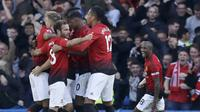 Pemain Manchester United melakukan selebrasi usai membobol gawang Chelsea pada laga Premier League di Stadion Stamford Bridge Sabtu (20/10/2018). Kedua tim bermain imbang 2-2. (AP/Matt Dunham)