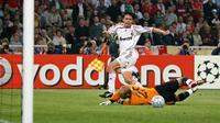 Filippo Inzaghi membobol gawang Pepe Reina pada laga final Liga Champions 2007.