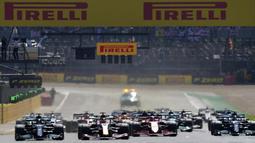 Menempati posisi start kedua, Lewis Hamilton langsung tancap gas sejak awal balapan. Pembalap asal Inggris itu bersaing ketat dengan Max Verstappen yang memimpin lomba. (Foto: AP/Jon Super)