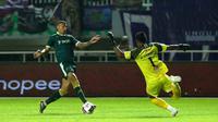 Stiker Tira Persikabo, Alex Goncalves saat kelabui kiper Persita, Annas Fitrianto pada laga pekan ketiga Shopee Liga 1 2020. (Bola.com/Yoppy Renato)