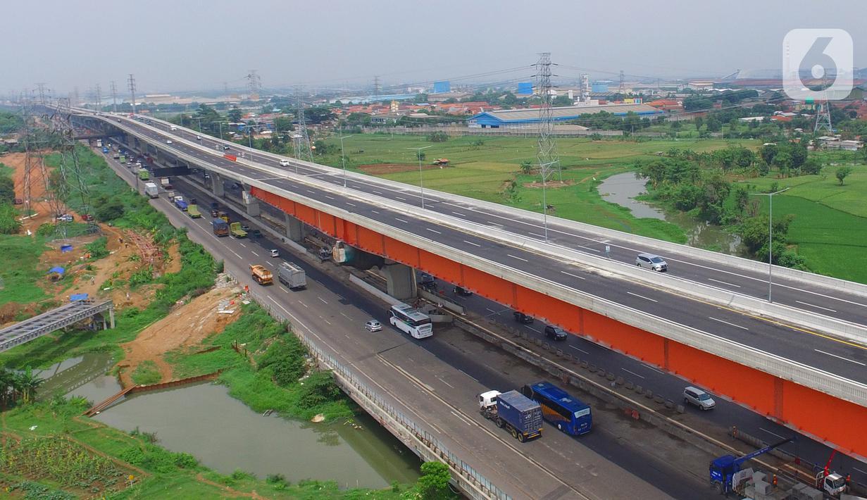 Foto Udara kendaraan melintas di atas jalan Tol Layang (Elevated) Jakarta - Cikampek (Japek) di Bekasi, Selasa (17/12/2019). Tol Layang Japek II mulai beroperasi untuk kendaraan golongan I tanpa tarif dengan minimum kecepatan 60 km dan Maksimum 80 km per jam (Liputan6.com/Zulfikar Abubakar)